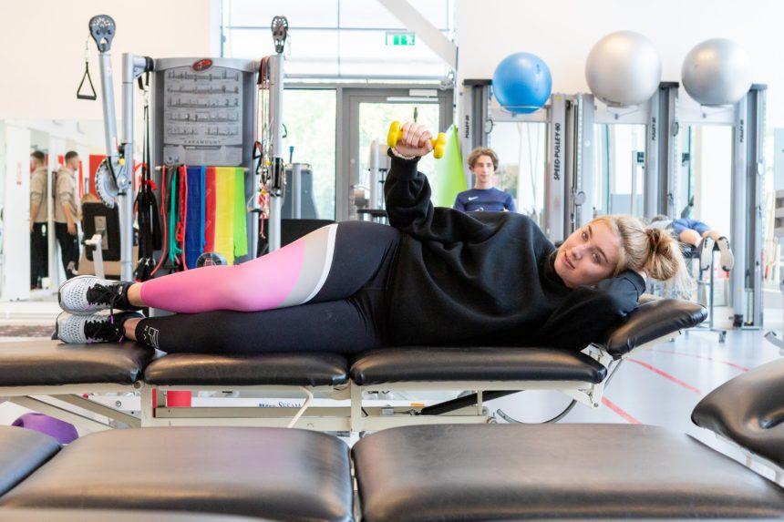 idrottskliniken rehab solna patient som gör övningar